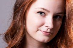 Close-up de um retrato de sorriso de uma jovem mulher bonita Fotografia de Stock Royalty Free
