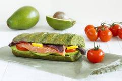 Close-up de um sanduíche com salmões, abacate e tomates Fotografia de Stock Royalty Free