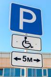 Close-up de um sinal deficiente do estacionamento Imagem de Stock