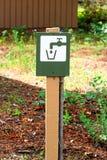 Close up de um sinal verde da água potável com torneira foto de stock royalty free