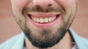 Close-up de um sorriso da boca do ` s do homem video estoque