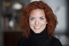 Close up de um sorriso maduro da mulher Fotos de Stock
