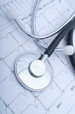 Close up de um stetoscope e de um ecg Fotos de Stock Royalty Free