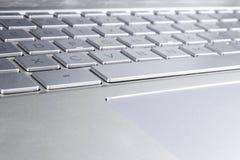 Close up de um teclado de laptop de prata moderno A a Z Detalhe do teclado de computador novo e ergon?mico foto de stock