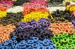 Close up de um teste padrão colorido de bocais do balão do látex Imagens de Stock Royalty Free