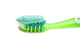 Close-up de um toothbrush com pasta no branco Fotografia de Stock Royalty Free