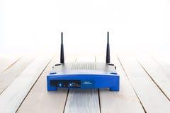 Close up de um wifi sem fio do roteador no assoalho de madeira Imagens de Stock