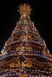 Close-up de uma árvore de Natal agleam com luzes no fundo preto fotos de stock