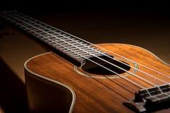 Close up de uma baixa chave da uquelele pequena da guitarra fotos de stock