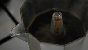 Close-up de uma bebida quente de tonifica??o que flui do bocal de um fabricante de caf? do geyser Prepara??o do caf? video estoque