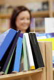 Close-up de uma biblioteca em uma biblioteca Foto de Stock Royalty Free