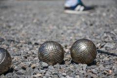Close up de uma bola de aço para o petanque que bate a superfície do cascalho, Imagens de Stock Royalty Free