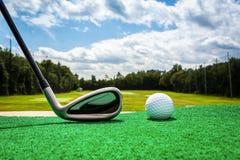 Close-up de uma bola de golfe e de um clube de golfe Fotografia de Stock Royalty Free
