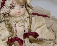 Close up de uma boneca loura da porcelana, brinquedos do vintage imagem de stock