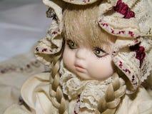 Close up de uma boneca loura da porcelana, brinquedos do vintage fotos de stock royalty free