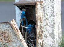 Close-up de uma caixa aberta com fios imagem de stock royalty free