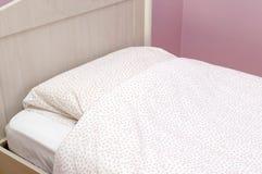 Close up de uma cama com linho cor-de-rosa no quarto Fotografia de Stock