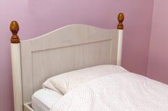 Close up de uma cama com linho cor-de-rosa no quarto Imagens de Stock Royalty Free