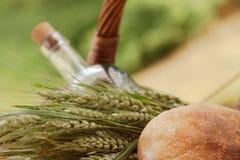 Close up de uma cesta do piquenique com alimento e bebida Fotografia de Stock