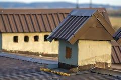 Close-up de uma chaminé construída nova em um telhado da casa sob a construção Trabalho inacabado da construção, do reparo e de r Imagens de Stock