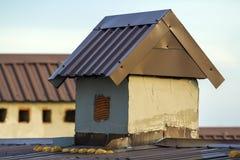 Close-up de uma chaminé construída nova em um telhado da casa sob a construção Trabalho inacabado da construção, do reparo e de r Foto de Stock
