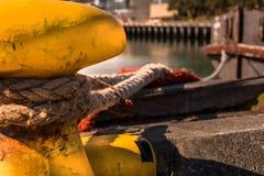 Close-up de uma corda da amarração com uma extremidade atada amarrada em torno de um clea Imagens de Stock