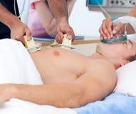 Close-up de uma equipa médica que reanima um paciente Fotos de Stock Royalty Free