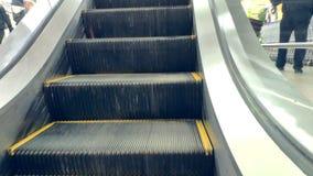 Close up de uma escada rolante vazia que move em uma alameda vídeos de arquivo
