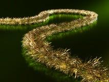 Close-up de uma festão dourada no fundo verde ilustração royalty free