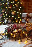 Close up de uma grande pilha de presentes de Natal envolvidos de tamanhos e de formas de variação e de decorações do Natal no Xma Fotos de Stock Royalty Free