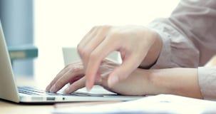 Close-up de uma jovem mulher que datilografa em um teclado do portátil vídeos de arquivo