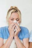 Close up de uma jovem mulher que sofre do frio imagens de stock