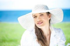 Close-up de uma jovem mulher que sorri na praia Imagem de Stock Royalty Free