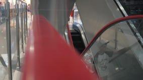 Close-up de uma mão em uma escada rolante de escalada escadaria movente video estoque