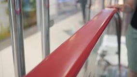 Close-up de uma mão em uma escada rolante de escalada escadaria movente filme