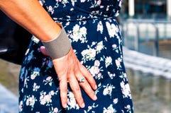 Close-up de uma mão fêmea imagens de stock royalty free