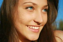 Close up de uma menina de sorriso bonita fotos de stock