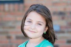 Close up de uma menina em um dia ventoso imagens de stock royalty free