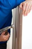 Close-up de uma mobília do edifício do homem com martelo Foto de Stock