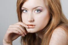 Close up de uma mulher bonita nova imagens de stock royalty free