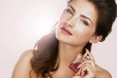 Close up de uma mulher bonita que aplica o perfume Foto de Stock