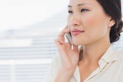 Close up de uma mulher de negócios bonita que usa o telefone celular Fotografia de Stock