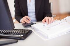 Close up de uma mulher de negócios que faz finanças Foto de Stock Royalty Free
