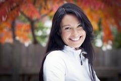 Close up de uma mulher madura que sorri na câmera foto de stock