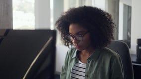 Close-up de uma mulher de negócios africana nova que usa o computador vídeos de arquivo