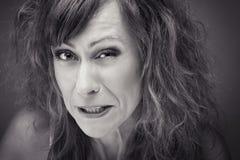 Close-up de uma mulher nova com careta ácida fotografia de stock royalty free