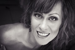 Close-up de uma mulher nova que olha excitada fotografia de stock