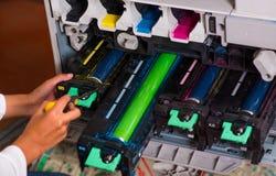 Close up de uma mulher que fixa uma fotocopiadora durante a manutenção Foto de Stock