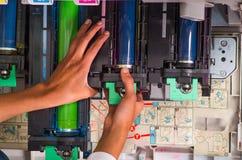 Close up de uma mulher que fixa uma fotocopiadora durante a manutenção, mudando um tonalizador Foto de Stock
