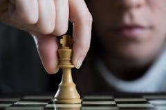 Close-up de uma mulher que joga a xadrez fotografia de stock royalty free